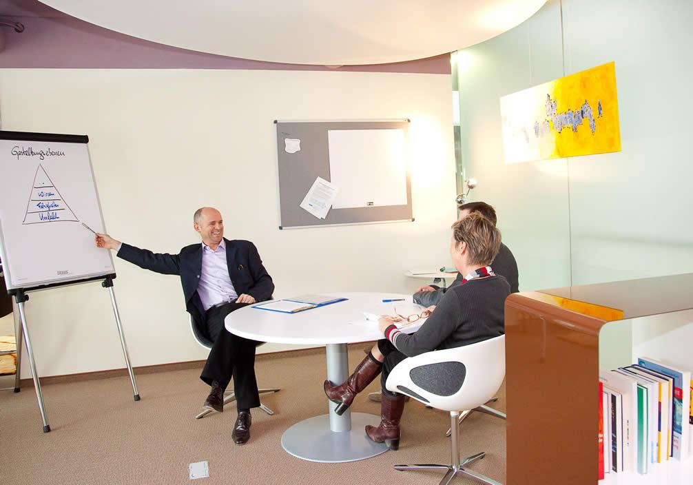 Harald Breitenbaumer in einer Beratung mit Kunden.